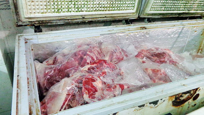 Trét máu heo lên thịt trâu đông lạnh để thành... thịt bò