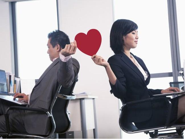 """Nghiên cứu chứng minh: Phụ nữ dễ """"sa vào lưới tình"""" công sở hơn đàn ông"""