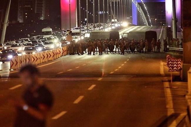 Quân đội Thổ Nhĩ Kỳ tuyên bố nắm quyền chỉ huy đất nước