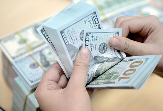 """Tỷ giá trung tâm giảm """"sốc"""" 21 đồng, Vietcombank tăng mạnh giá USD"""