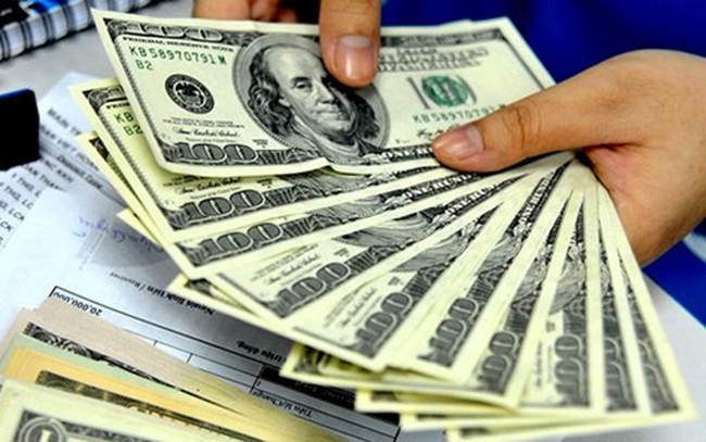 """Tỷ giá trung tâm tăng """"nhỏ giọt"""", giá USD ngân hàng bất động"""