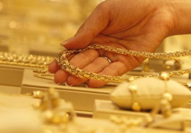 """Vàng trong nước và thế giới chỉ còn """"chênh"""" hơn 300 nghìn đồng/lượng"""