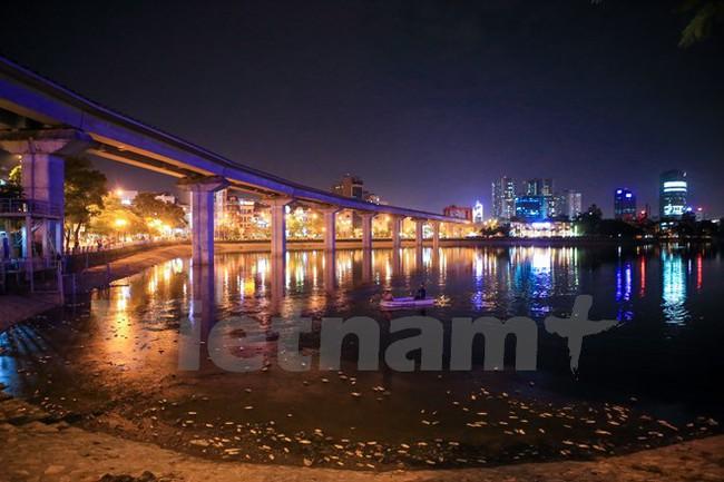 Chạy 8 máy xục ôxy, khẩn cấp làm sạch hồ Hoàng Cầu trong đêm