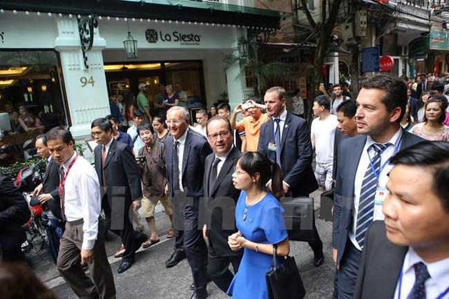 [Video]: Tổng thống Pháp Hollande dạo bước trên con phố Mã Mây