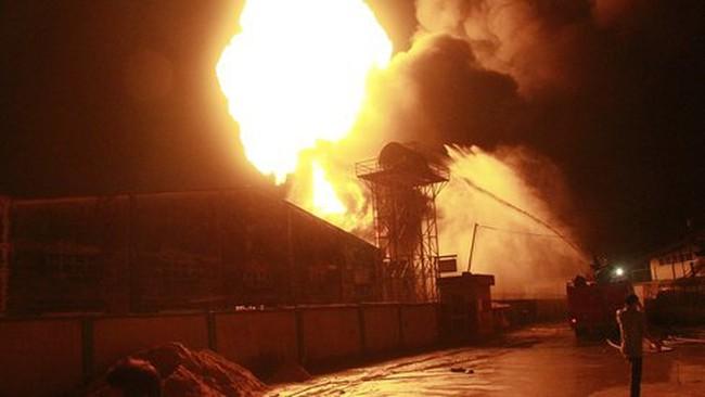 Đang cháy lớn kho chứa sơn của công ty gỗ tại Bình Dương