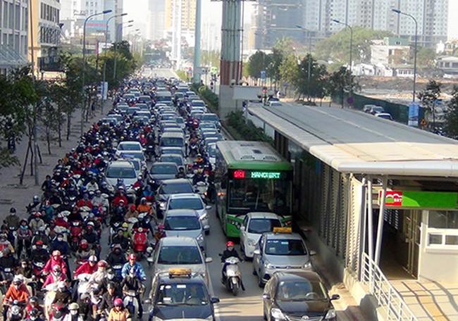 Buýt nhanh BRT bị 'quây' kẹt cứng, 10 phút đi được vài chục mét