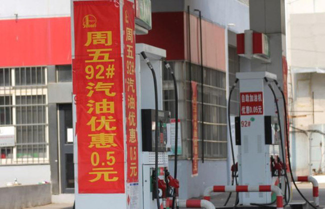 """Trung Quốc chứng kiến """"cuộc chiến"""" giảm giá xăng chưa từng có"""
