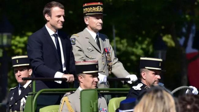 Mâu thuẫn với Tổng thống Macron, Tổng tư lệnh Pháp từ chức