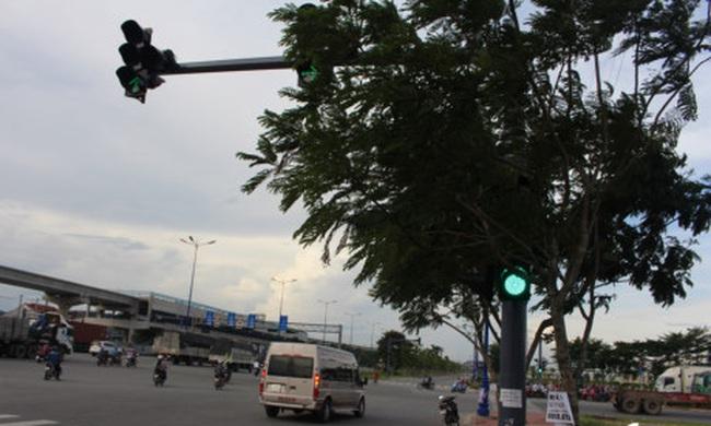 [Video]: Hàng loạt biển báo, đèn tín hiệu bị vô hiệu hóa ở Sài Gòn