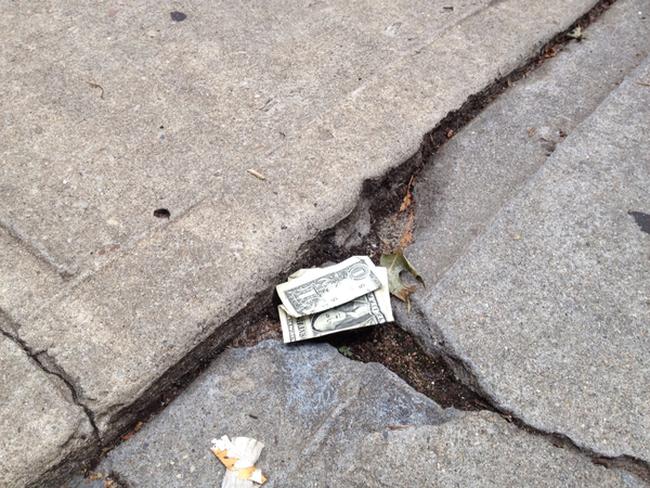 Tiền rơi trên mặt đất phải nhiều tới mức nào thì mới đáng để Bill Gates cúi xuống nhặt?