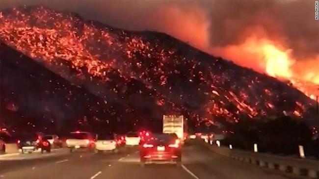 Cháy rừng tạo ra cảnh tượng như ngày tận thế ở Los Angeles, hàng trăm nghìn người sơ tán