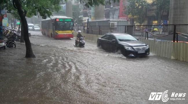 Hà Nội: Mưa dông ầm ầm như trút, xe máy, ô tô ngập sâu giữa biển nước