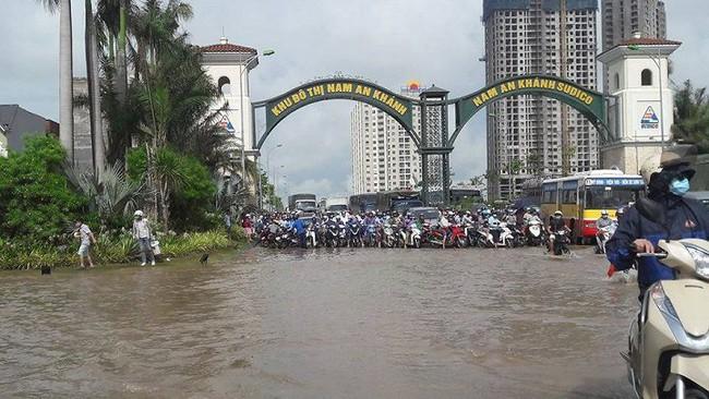 Đường Hà Nội biến thành sông, người dân vật vã tìm lối thoát