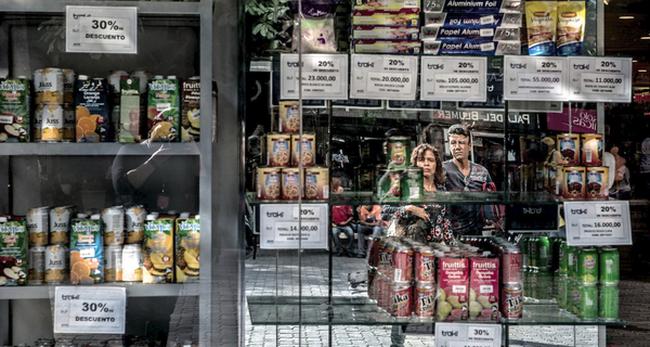 Cuộc đua sinh tồn ở Venezuela: Thực phẩm, thuốc men khan hiếm, mua 1 tách cà phê hay gọi taxi cũng chẳng khác vật lộn trên chiến trường