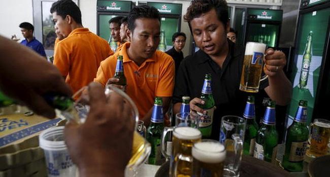 Chán bia hơi bình dân 5 nghìn/cốc, nhiều người Việt tìm cảm giác sang chảnh với bia ngoại 55 nghìn/cốc: Mỏ vàng của Heineken là đây!