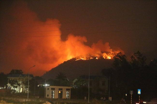 Cháy rừng ở Hà Nội, cột khói bốc cao cả trăm mét