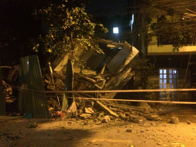Sập nhà 3 tầng giữa đêm ở Sài Gòn