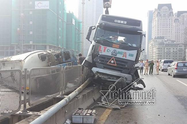 Đâm xe tải, xe bồn lật ngang trên đường vành đai 3