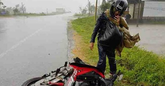 Những hình ảnh khủng khiếp do bão: Đường quốc lộ tan tác, người và xe gồng hết sức vẫn bị gió quật ngã