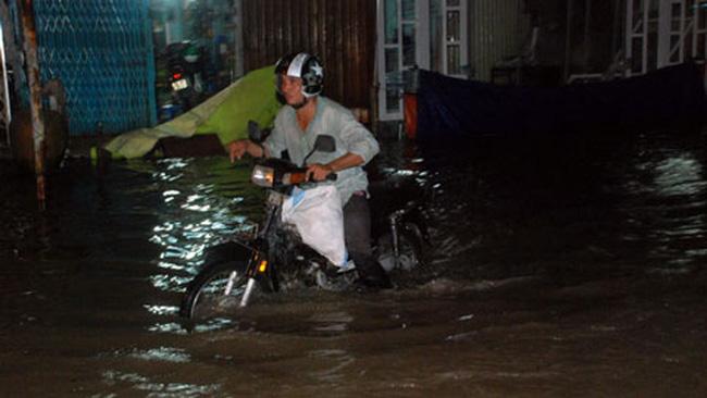 Hàng trăm người chôn chân ở 'rốn ngập' vùng ven Sài Gòn