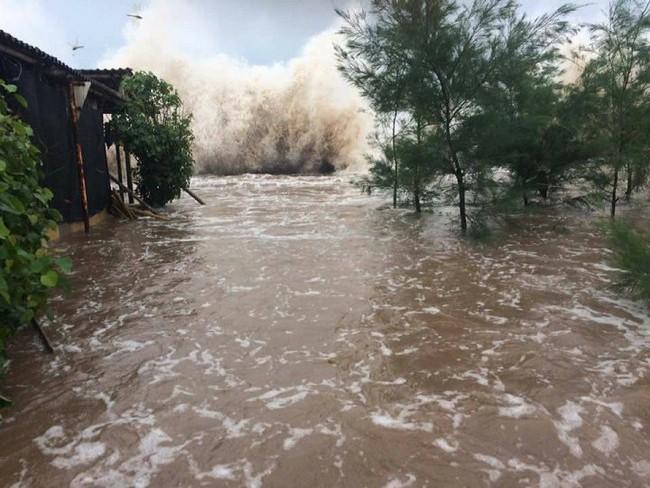 Ảnh hưởng bão số 10, biển Quất Lâm nước tràn bờ đê, ngập lụt khắp nơi