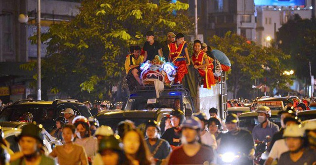 Người dân ùn ùn đổ về Trung tâm Hà Nội để chơi trung thu, nhiều tuyến đường kẹt cứng