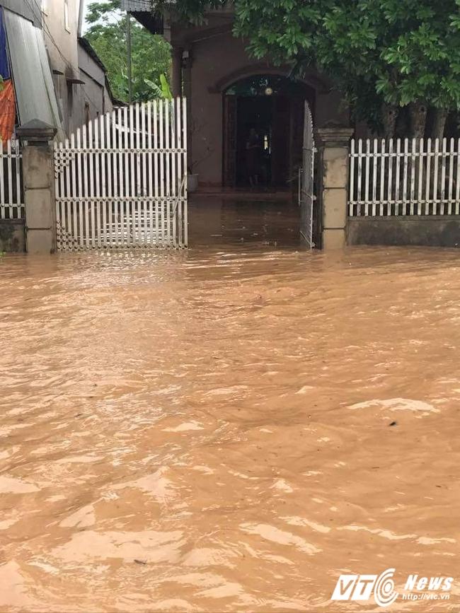 Mưa lớn kéo dài, nhiều vùng ở Nghệ An ngập sâu, lũ quét rình rập
