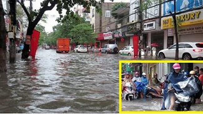 Video: Mưa ngập đường phố Hải Phòng, ô tô 'bơi' trên vỉa hè cùng xe máy