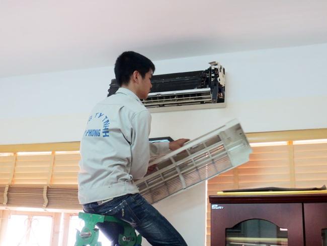 Những mánh khóe của thợ sửa điều hòa trong cao điểm nắng nóng