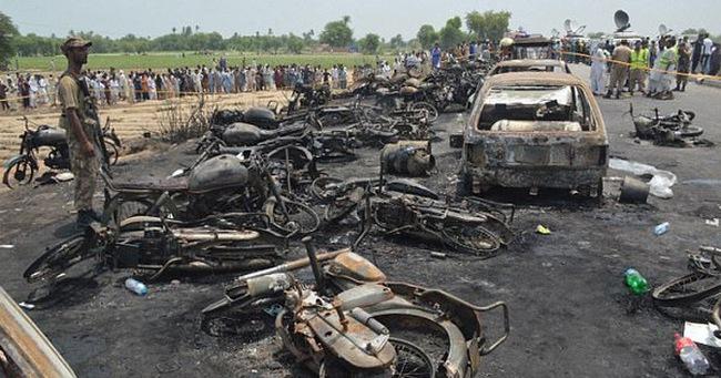 Số thương vong trong vụ xe lật, người dân bất chấp lao ra hôi dầu tại Pakistan tăng lên 290 người