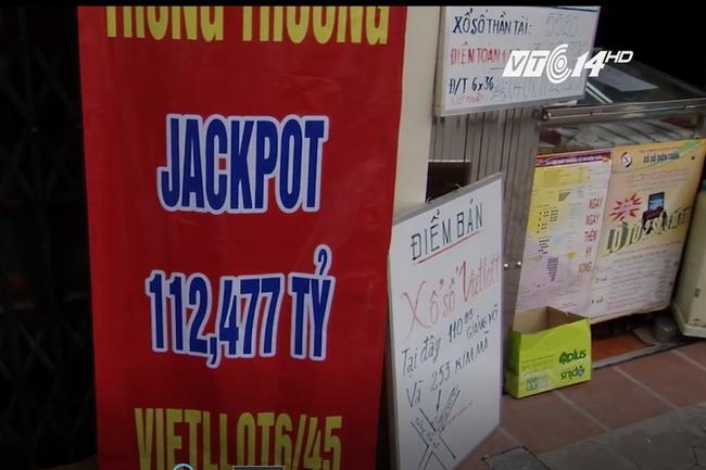 Căng băng rôn tìm chủ nhân trúng giải vé số kỷ lục 112 tỷ đồng ở Hà Nội