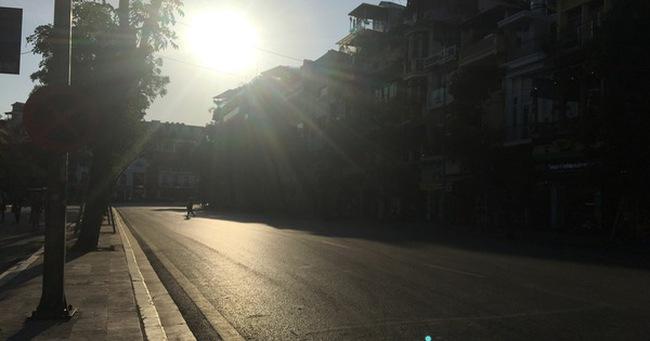 Người Hà Nội mệt nhoài mưu sinh, phố đi bộ vắng như sáng mùng 1 Tết vì nắng nóng