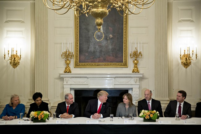 Tại sao vẫn còn nhiều người ở lại ban cố vấn của Tổng thống Donald Trump?
