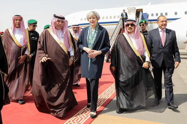 Nữ Thủ tướng Anh phá lệ khi đến thăm Ả rập xê út mà không mặc khăn choàng