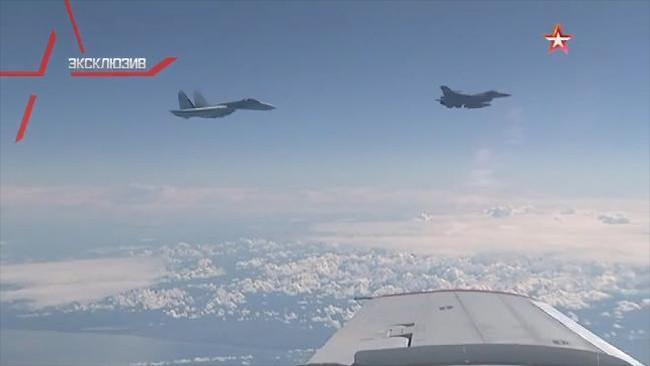 Su-27 khoe vũ khí đuổi phi cơ NATO áp sát máy bay chở Bộ trưởng Quốc phòng Nga