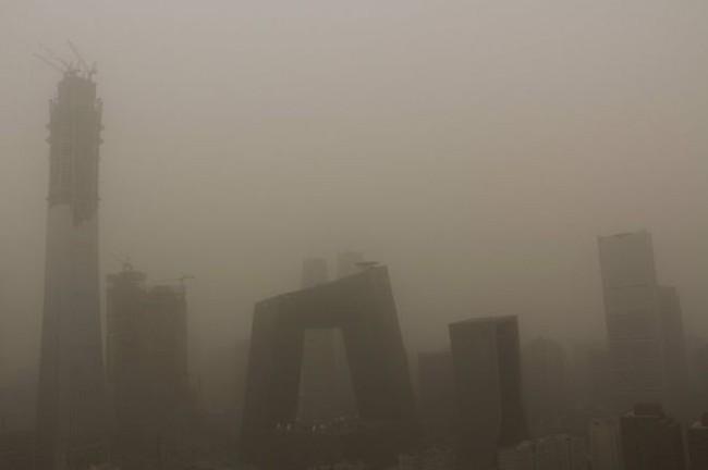 Sau sương mù ô nhiễm, người Trung Quốc lại khốn khổ vì bão bụi che khuất tầm nhìn