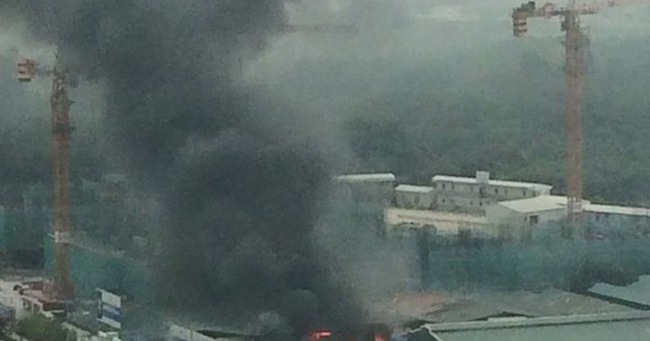 Hà Nội: Cháy lớn nhà xưởng tại đường Phạm Hùng, khói bốc cao hàng trăm mét