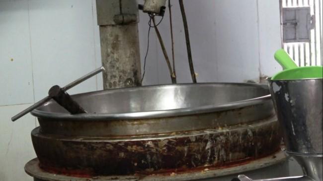Hãi hùng với máy làm bánh trung thu bám đầy cặn bẩn