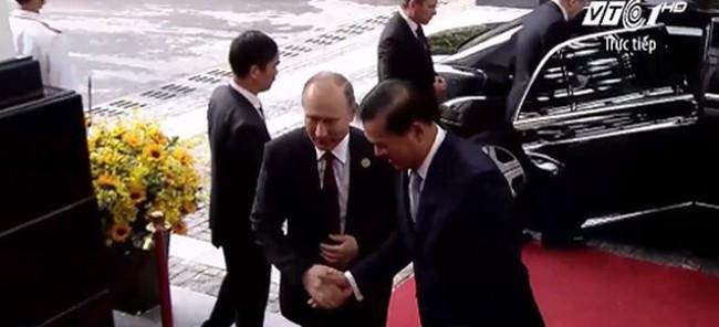 Video: Tổng thống Putin điềm tĩnh khoác áo vest bước vào Hội nghị quan trọng nhất APEC