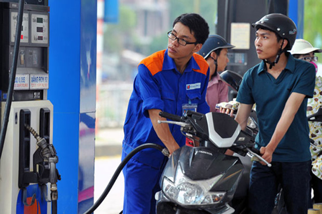 """Giá dầu giảm, giá xăng """"đứng yên"""""""