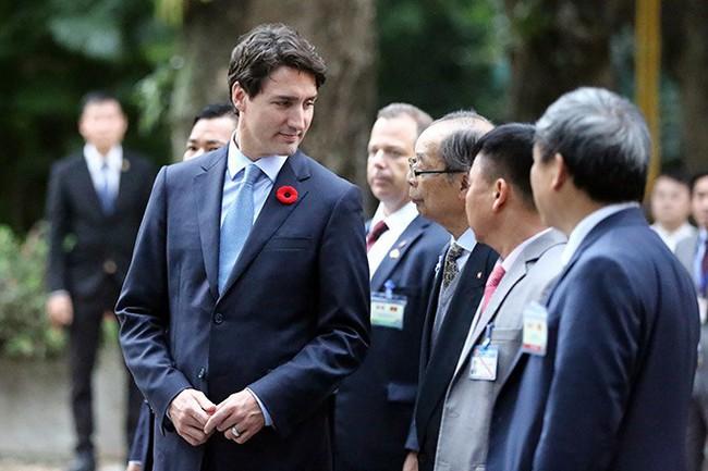 Ảnh: Thủ tướng Canada Justin Trudeau thăm nhà sàn Bác Hồ