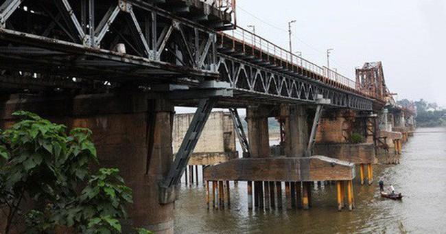 Vật thể lạ dưới chân cầu Long Biên được xác định là bom