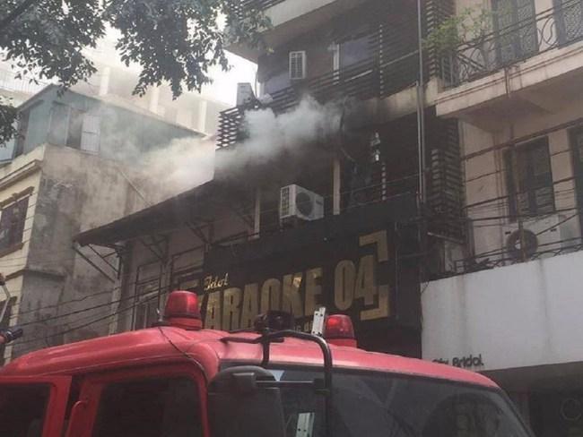 Hà Nội: Quán karaoke 7 tầng bốc cháy dữ dội