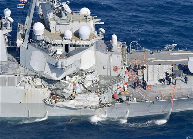Chiến hạm Mỹ biến dạng sau vụ đâm tàu chở hàng Philippines, 7 thủy thủ mất tích