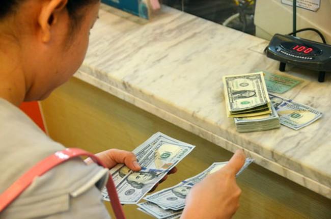 Khối ngoại rút vốn, kiều hối giảm không phải do lãi suất gửi USD bằng 0%