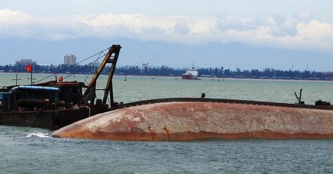 Trục vớt tàu than lật ở Cửa Lò, nghi còn thi thể mắc kẹt