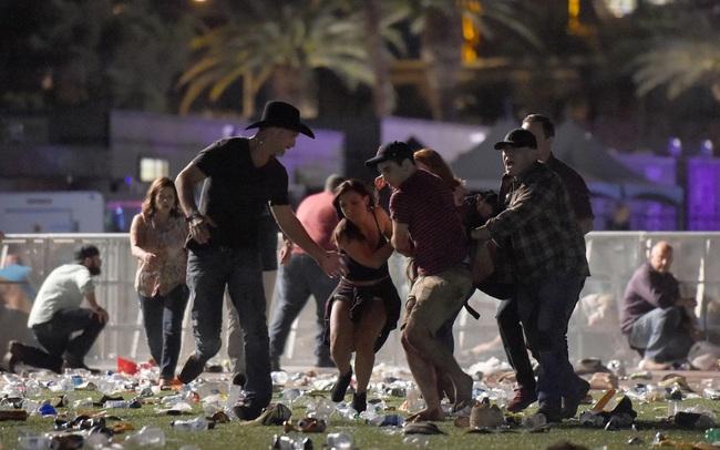 Thảm cảnh đám đông tuyệt vọng điên cuồng tìm chỗ trú dưới cơn mưa đạn trong vụ xả súng đẫm máu nhất lịch sử nước Mỹ