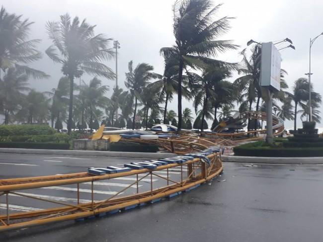 Bão Damrey quật ngã cổng chào lớn ở Đà Nẵng