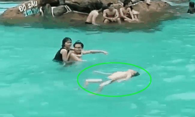 Bé trai đuối nước, nổi bồng bềnh ở bể bơi nhưng hàng trăm người lớn xung quanh không ai phát hiện ra