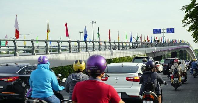 Giao thông thông thoáng sau khánh thành cầu vượt Tân Sơn Nhất
